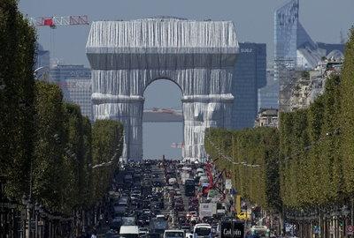 Becsomagolták a párizsi Diadalívet