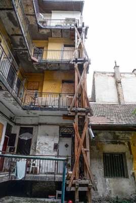 Drogosok és prostik a lépcső alatt, szörnyű, mi megy a Dugonics utcai bérházban - Fotók