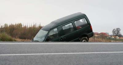 Árokba hajtott egy furgon a 44-es főúton
