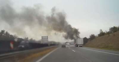 Így emésztették fel a lángok az M1-esen kiégett kamiont (videó)