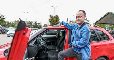 Péter lábbal vezet személyautót – Hazánkban először Győrben engedték forgalomba a speciális járművet – videó, fotók