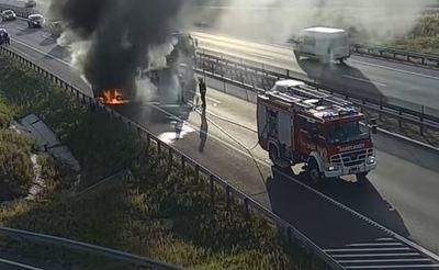 Ilyet ritkán látni, percek alatt porrá égett egy terepjáró az M4-es autópályán