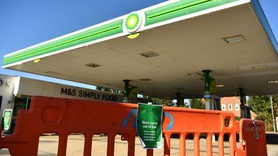 A hadsereget is bevethetik a britek, hogy legyen elég benzin
