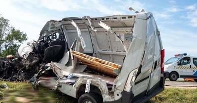Megrázó fotók: darabokra szakadt a busszal ütköző kisteherautó, egy halott, sok sérült