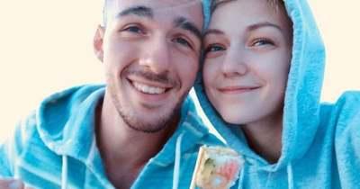 A világ szeme láttára lesz egyre bizarrabb az ügy: már az FBI is keresi a 22 évesen meggyilkolt vloggerlány vőlegényét