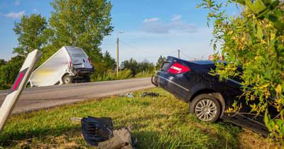 Furgonba csapódott egy autó: az egyik sofőr súlyosan megsérült