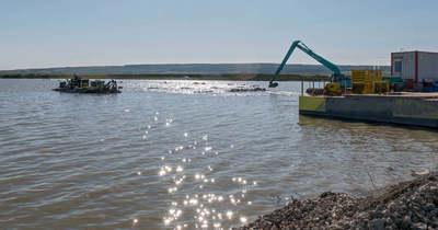 Körvonalazódik az új Fertő-part: készülnek a támfalak, a kikötők medrét kotrással mélyítik – fotók