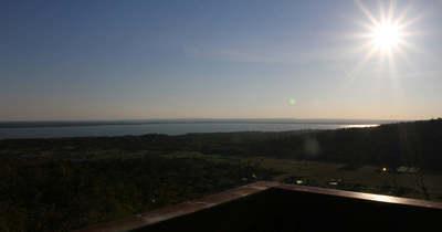 Őszi napfényben fürdik a Balaton