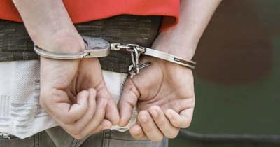 Felfegyverezve rúgta be az ajtót a rendőrség, nagyban állított elő kábítószert otthon a vidéki férfi-videó!