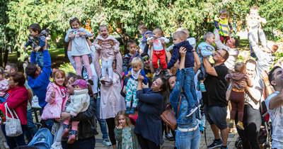 Egerben is rengetegen emelték a magasba gyermekeiket – Fotók
