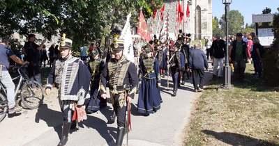 Kardcsörgéssel, és fáklyákkal érkeztek a hadfiak Tatára (képek)