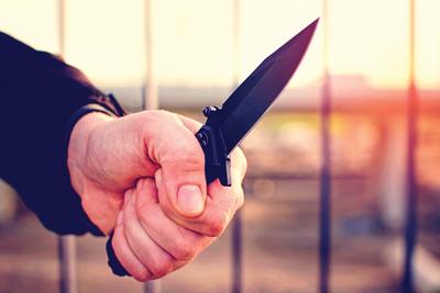 Kegyetlenül meggyilkolta feleségét: többször fejbe szúrta, majd 40 méter magasból ledobta (18+)