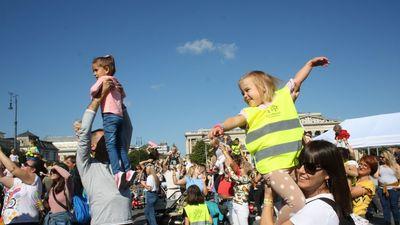 Több mint tízezren emelték gyermeküket egy időben a magasba