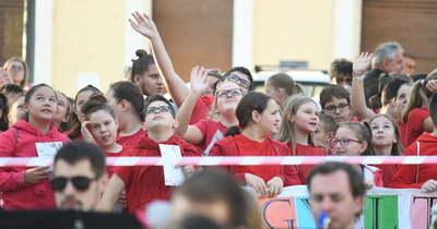Közel háromezren énekelték Kodály Zoltán híres dalát Abonyban