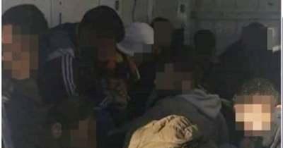 Húsz külföldit zsúfolt be az autóba az embercsempész, a rendőrök elfogták