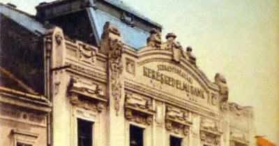 Befalazott bankbejárat a Fő utcán