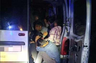 Most érkezett a hír: 28 migránst szállító autót fogtak el a rendőrök - fotók