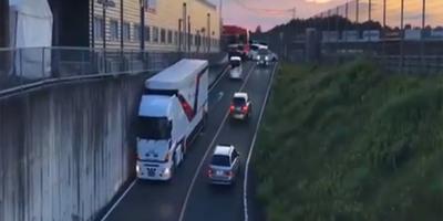Megérkezett a kamionos a szűk alagúthoz, ahogy bekanyarodott, az a vezetés abszolút csúcsa