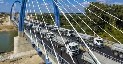 Huszonkét kamionnal tesztelték az új tiszaugi hidat