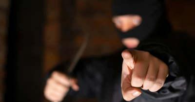 Fényes nappal, késsel követeltek pénzt egy fiútól Gyöngyösön