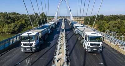 Huszonkét kamionnal végeztek próbaterhelést a készülő tiszaugi hídon