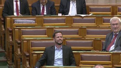 Kommunista győzelmet ajánlott a kormányoldal figyelmébe Tordai Bence az Országgyűlésben