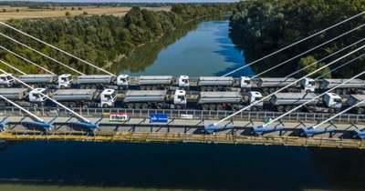 Huszonkét kamionnal tesztelték az új Tisza-hidat