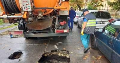 Beszakadt egy úttest a csatornatisztító kocsi alatt Győrben – fotók