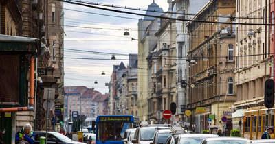 Szírénázó rendőrautók lepték el Józsefvárost! Megkéselte fiatal barátnőjét egy férfi a lépcsőházban