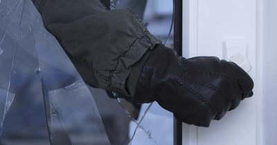Betörte az ajtó üvegét, majd ijedten elmenekült a kovácsházi betörő