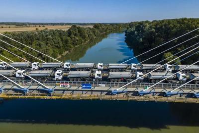 Kamionok dübörögtek át az új Tisza-hídon