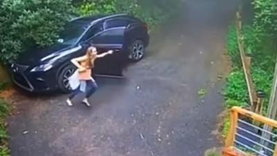 Kinyitotta az autó ajtaját, sikítva menekült attól, amit a vezetőülésen látott