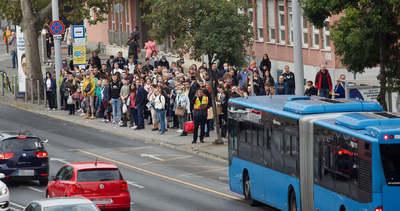Óriási tömeg az M3-as pótlóbuszok megállóiban: 3-4 buszt is meg kell várni, mire felfér valaki
