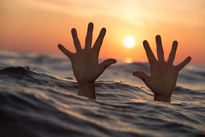 Szörnyű: a zokogó feleség telefonnal rögzítette, ahogy a tengerbe fullad férje és barátja - Videó