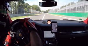 300 km/h-val száguldott a Porsche Monzában, mikor defektet kapott, érdemes megnézni a reakciót! – VIDEÓ