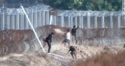 Kövekkel, husángokkal ostromolják a magyar határt a migránsok (videó)