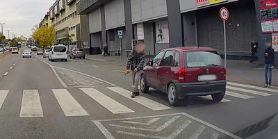 Nemhogy nem akart megállni, még kikerülni is alig akarta a gyalogost egy autós Pesterzsébeten - videó