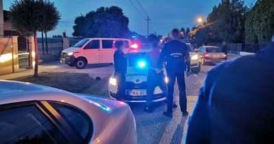 Letartóztatták a két férfit, akik a gyanú szerint Ménfőcsanakon hamis védettségi igazolványokat gyártottak és árultak – Videón a házkutatás