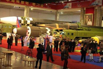 Észak-Korea váratlanul fegyverexpót rendezett - galéria
