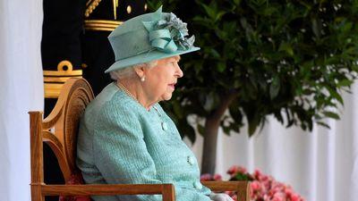 II. Erzsébetnek le kell tennie a poharat