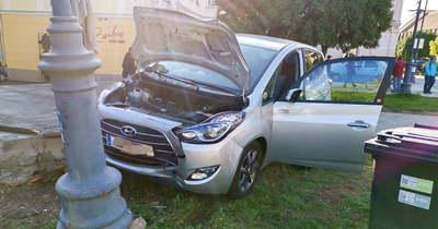 Rosszul lett a sofőr, oszlopnak hajtott egy autó Kőszegen