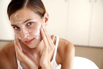 Megkeseríti az életedet a zsíros bőröd? - Így tisztítsd meg naponta: videó