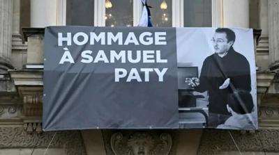 Az egy évvel ezelőtt brutálisan lefejezett történelemtanárra emlékeznek Franciaországban