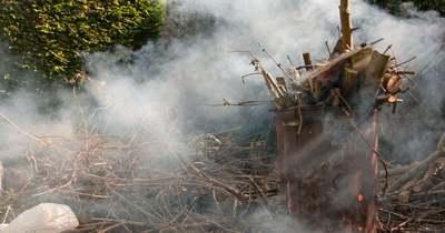 Hulladék és gépkocsi égett egy családi ház udvarán Perkátán