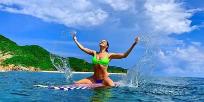 Vad hullámok közt, egy sziklán fotózták a fürdőruhás Bódi Sylvit - kép