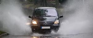 Falevelek, éjszakai fagy, köd: az autósok is készüljenek az őszre!