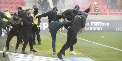 A pályán rugdosták egymás fejét a szurkolók a szlovák focirangadón - videó