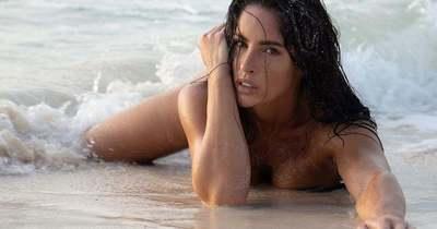 Ringó mellek és széttárt karok: felfedte bájait a strandon az érzéki nagykövetasszony
