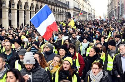 Elszabadultak az energiaárak Franciaországban, benzinutalványokat kell bevezetni