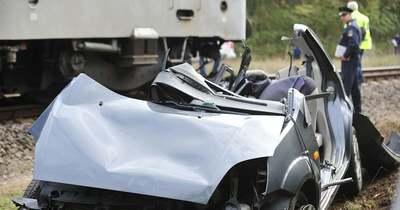 Tragédia: Azonnal szörnyethalt a gyorsvonat elé hajtó autó vezetője